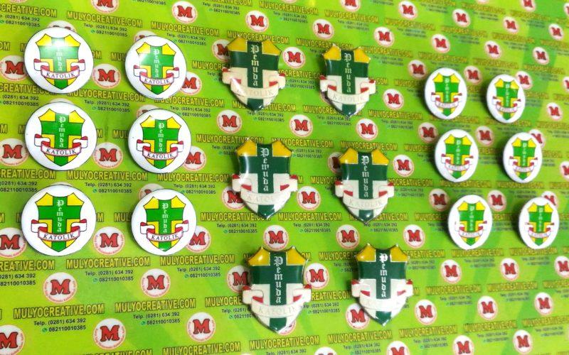 Pin Pemuda Katolik dalam 2 model, 1. Model Bundar, Satu Model Logo