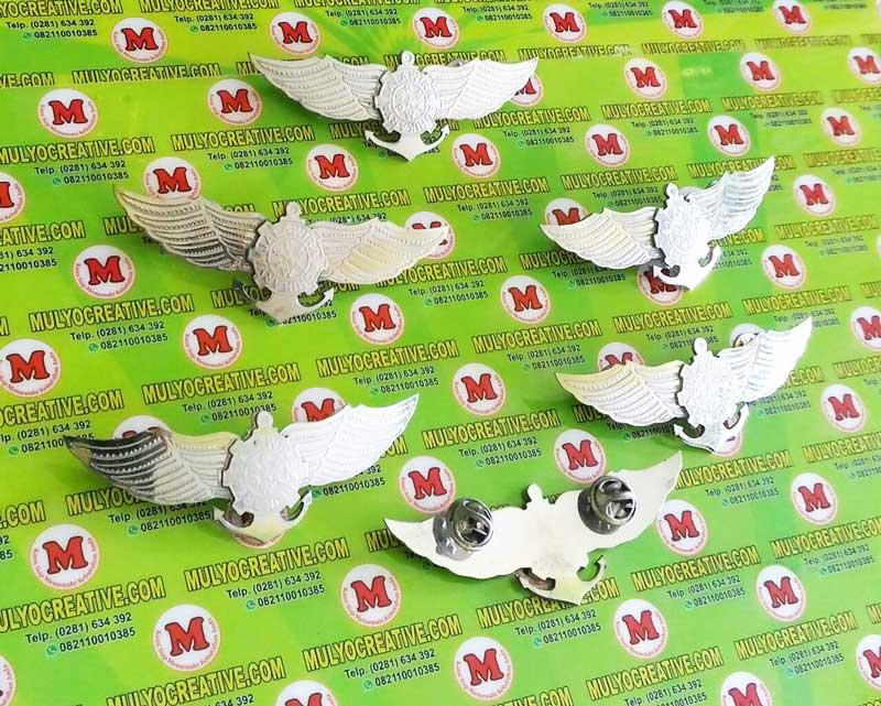 Wing Pelayaran Jala Wira Adhikarya yang terbuat dari bahan logam stainless. Sekolah Pelayaran
