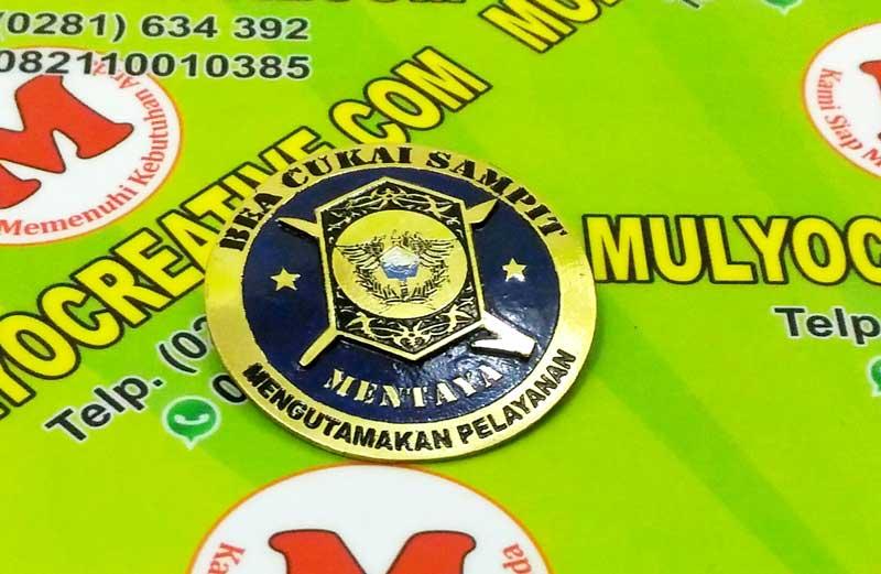 Pin dengan Logo Bea Cukai (Detail)