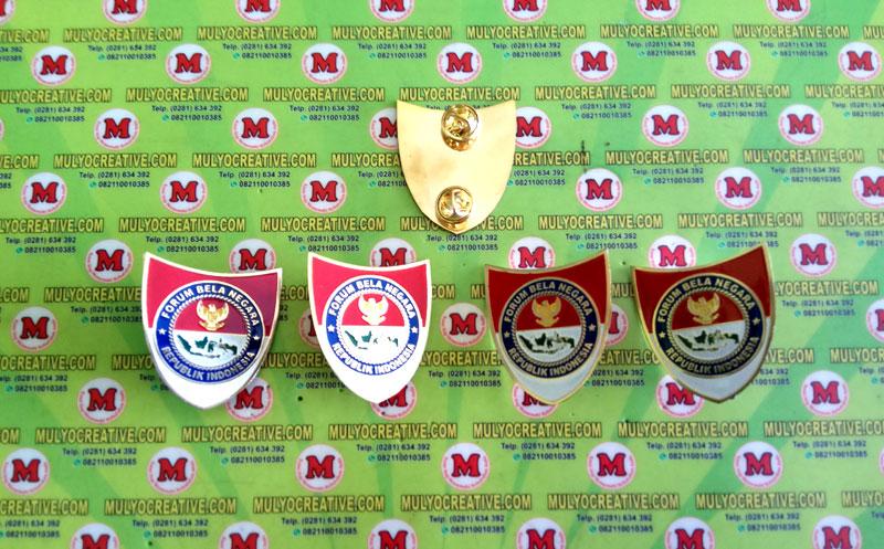 Pin Emblem Bela Negara atau Lencana Bela Negara, terbuat dari logam kuningan, dengan pengait Jarum