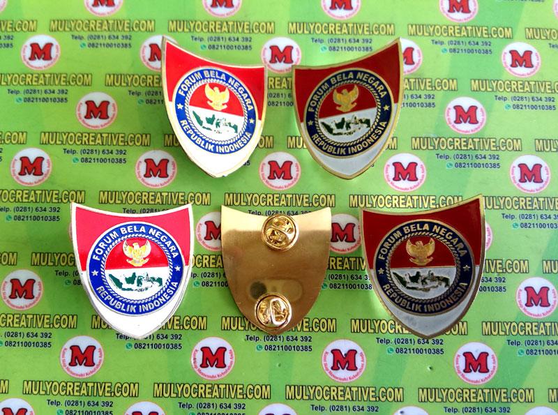 Pin Bela Negara atau Lencana Bela Negara, terbuat dari logam kuningan, dengan 2 pengait Jarum