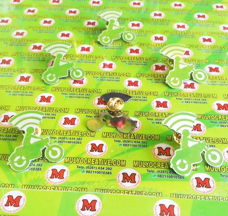 Pin Lencana/Bros Go-Jek yang terbuat dari bahan logam kuningan dengan pengait model jarum