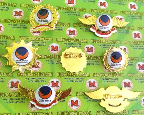 Beragam Pin Nasdem/ Partai Nasional Demokrat terbuat dari logam kuninganOrder dan Pesan sekarang juga di Mulyo Creative