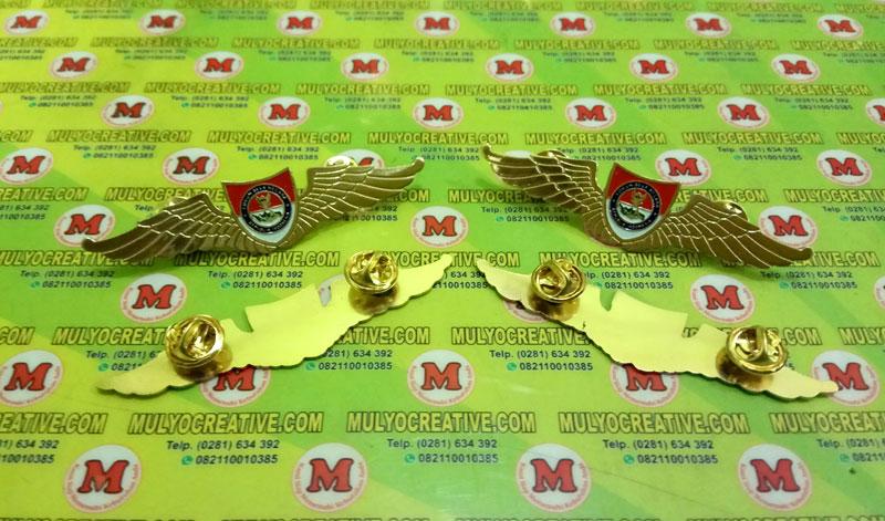 Lencana Wing Bela Negara atau Brevet Bela Negara, terbuat dari logam kuningan, dengan pengait Jarum