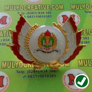 Wing Logo PGRI yang sama terbuat dari bahan logam kuningan cor, dengan logo yang dilapisi resin, dengan model bendera merah ptuih sebagai wingnya